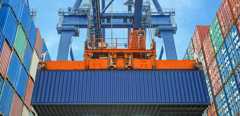Container an einer Containerbrücke