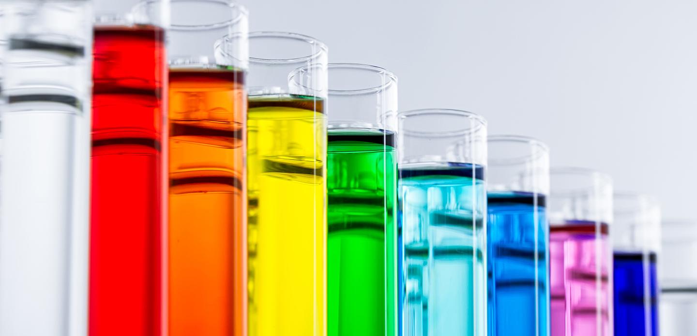 Reagenzgläser mit verschiedenfarbigen Chemikalien