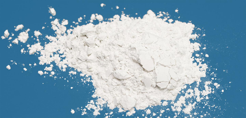 Weißes Pulver auf blauer Oberfläche