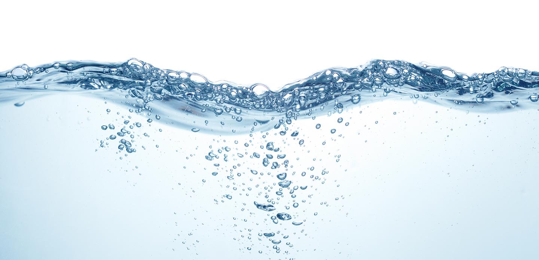 Wasseroberfläche in Bewegung mit Luftblasen